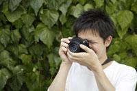 写真を撮る日本人男性