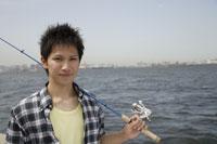 釣りをする日本人男性