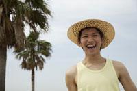 麦わら帽子を被った日本人男性