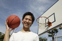 バスケットボールをする日本人男性