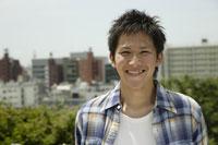 笑顔の20代日本人男性