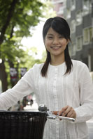 自転車と日本人女性 11019004324| 写真素材・ストックフォト・画像・イラスト素材|アマナイメージズ