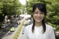 笑顔の20代日本人女性 11019004332| 写真素材・ストックフォト・画像・イラスト素材|アマナイメージズ