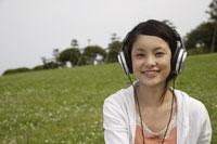 音楽を聴く日本人女性 11019004348| 写真素材・ストックフォト・画像・イラスト素材|アマナイメージズ