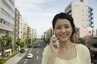 携帯電話で話す日本人女性 11019004350| 写真素材・ストックフォト・画像・イラスト素材|アマナイメージズ