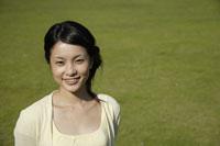 笑顔の20代日本人女性 11019004354| 写真素材・ストックフォト・画像・イラスト素材|アマナイメージズ