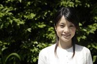 笑顔の20代日本人女性 11019004364| 写真素材・ストックフォト・画像・イラスト素材|アマナイメージズ