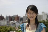 笑顔の20代日本人女性 11019004371| 写真素材・ストックフォト・画像・イラスト素材|アマナイメージズ