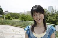 笑顔の20代日本人女性 11019004372| 写真素材・ストックフォト・画像・イラスト素材|アマナイメージズ