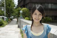 笑顔の20代日本人女性 11019004374| 写真素材・ストックフォト・画像・イラスト素材|アマナイメージズ
