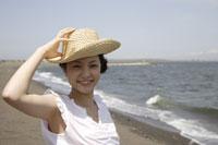 海と麦わら帽子を被った日本人女性 11019004376| 写真素材・ストックフォト・画像・イラスト素材|アマナイメージズ