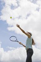 テニスをする日本人女性