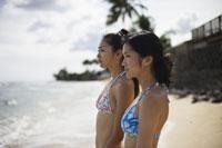 海を見つめる日本人女性
