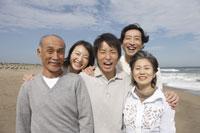 笑顔の家族 11019005490| 写真素材・ストックフォト・画像・イラスト素材|アマナイメージズ
