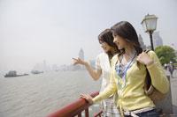 旅行をする20代女性