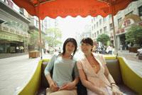 トラムに乗って観光をしている20代女性