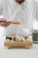 寿司を食べる男性 11019015711| 写真素材・ストックフォト・画像・イラスト素材|アマナイメージズ