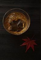ウイスキーともみじ 11019016298| 写真素材・ストックフォト・画像・イラスト素材|アマナイメージズ