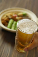 おでんとビールを持つ男性の手 11019016364| 写真素材・ストックフォト・画像・イラスト素材|アマナイメージズ