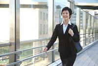歩くビジネスウーマン 11019016365| 写真素材・ストックフォト・画像・イラスト素材|アマナイメージズ