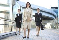 歩くビジネスウーマン 11019016366| 写真素材・ストックフォト・画像・イラスト素材|アマナイメージズ