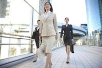 歩くビジネスウーマン 11019016367| 写真素材・ストックフォト・画像・イラスト素材|アマナイメージズ