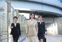 歩くビジネスウーマン 11019016368| 写真素材・ストックフォト・画像・イラスト素材|アマナイメージズ
