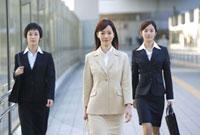 歩くビジネスウーマン 11019016369| 写真素材・ストックフォト・画像・イラスト素材|アマナイメージズ