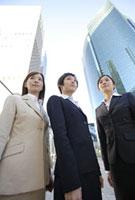 ビルとビジネスウーマン 11019016370| 写真素材・ストックフォト・画像・イラスト素材|アマナイメージズ