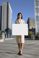 メッセージボードを持つビジネスウーマン 11019016372| 写真素材・ストックフォト・画像・イラスト素材|アマナイメージズ