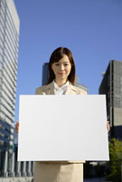 メッセージボードを持つビジネスウーマン 11019016373| 写真素材・ストックフォト・画像・イラスト素材|アマナイメージズ