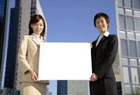 メッセージボードを持つビジネスウーマン 11019016375| 写真素材・ストックフォト・画像・イラスト素材|アマナイメージズ