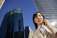 携帯電話で話すビジネスウーマン 11019016378| 写真素材・ストックフォト・画像・イラスト素材|アマナイメージズ