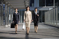 歩くビジネスウーマン 11019016383| 写真素材・ストックフォト・画像・イラスト素材|アマナイメージズ