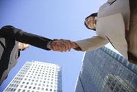 握手をするビジネスウーマン 11019016384| 写真素材・ストックフォト・画像・イラスト素材|アマナイメージズ