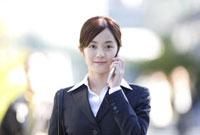 携帯電話で話すビジネスウーマン 11019016388| 写真素材・ストックフォト・画像・イラスト素材|アマナイメージズ