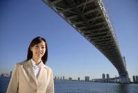 レインボーブリッジとビジネスウーマン 11019016395| 写真素材・ストックフォト・画像・イラスト素材|アマナイメージズ