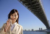 レインボーブリッジとビジネスウーマン 11019016396| 写真素材・ストックフォト・画像・イラスト素材|アマナイメージズ