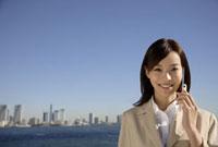 携帯電話で話すビジネスウーマン 11019016397| 写真素材・ストックフォト・画像・イラスト素材|アマナイメージズ