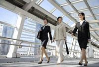 通路を歩くビジネスウーマン 11019016436| 写真素材・ストックフォト・画像・イラスト素材|アマナイメージズ