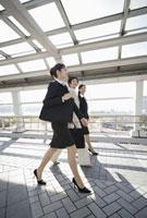 通路を歩くビジネスウーマン 11019016437| 写真素材・ストックフォト・画像・イラスト素材|アマナイメージズ