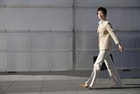 歩くビジネスウーマン 11019016447| 写真素材・ストックフォト・画像・イラスト素材|アマナイメージズ