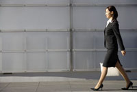 歩くビジネスウーマン 11019016448| 写真素材・ストックフォト・画像・イラスト素材|アマナイメージズ