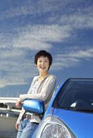 車と女性 11019016454| 写真素材・ストックフォト・画像・イラスト素材|アマナイメージズ
