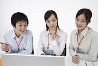 ノートパソコンを見るビジネスウーマン達 11019016502| 写真素材・ストックフォト・画像・イラスト素材|アマナイメージズ