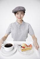 ケーキとコーヒーを運ぶカフェ店員 11019016529| 写真素材・ストックフォト・画像・イラスト素材|アマナイメージズ