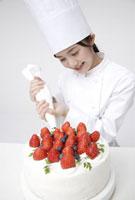 ケーキを作るパティシエ 11019016535| 写真素材・ストックフォト・画像・イラスト素材|アマナイメージズ