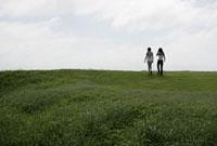 草原を歩く2人の女性