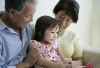 祖父母と孫 11019017105| 写真素材・ストックフォト・画像・イラスト素材|アマナイメージズ