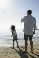 海で遊ぶ祖父と孫